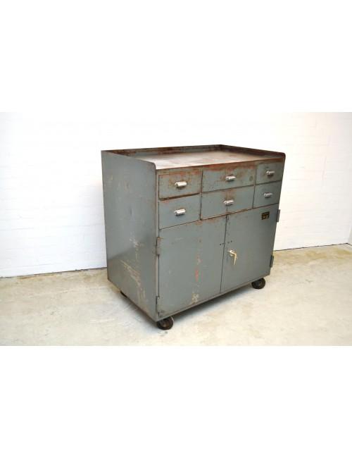 Oude gereedschapskar